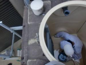 貯水槽の清掃の様子